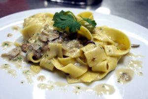 pappardelle uovo funghi porcini_bellambriana ristorante pizzeria lecce